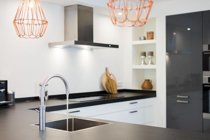 Open keuken met zwart en wit