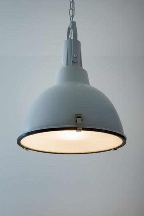 Blauwe hanglamp in moderne keuken
