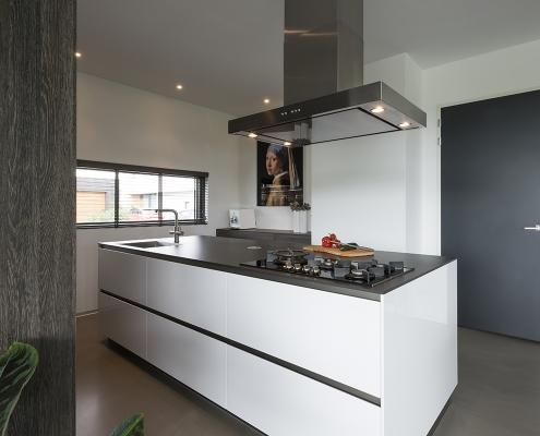 Strakke witte keuken bij Zenner Keukens