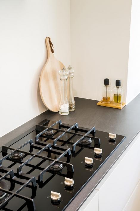 Donker werkblad in lichte keuken