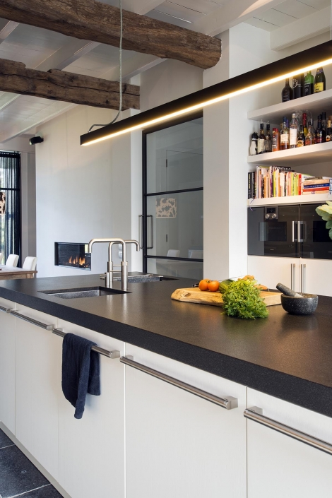 Ruime keuken met dubbele kraan