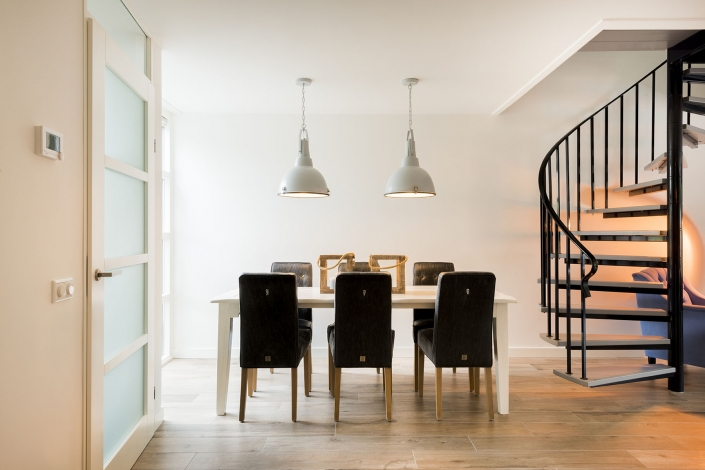 Keukentafel in moderne keuken