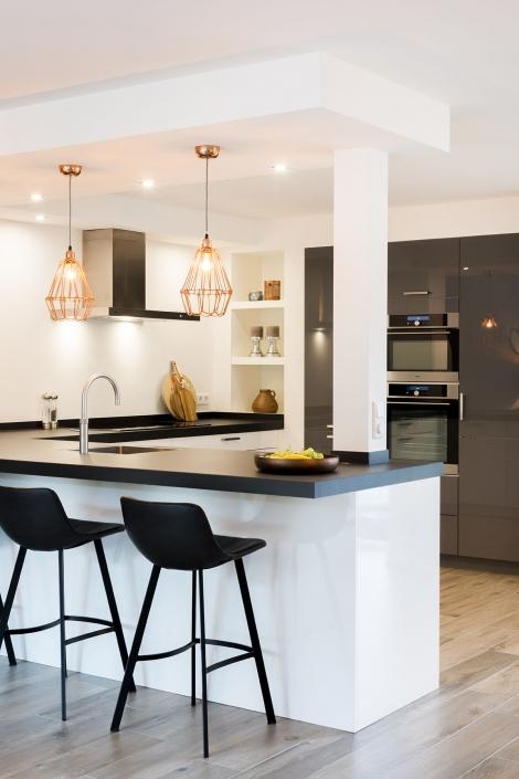 Moderne keuken met zit mogelijkheid