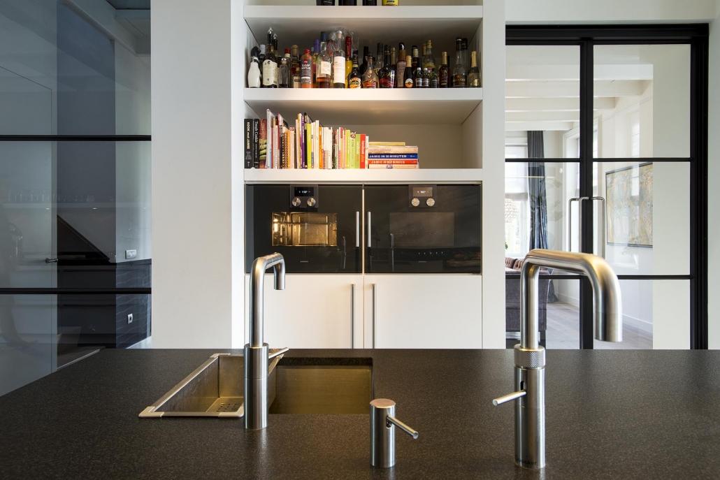 Moderne keuken met dubbele kraan