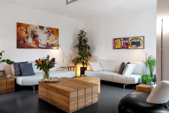 woonkamer met houten tafel